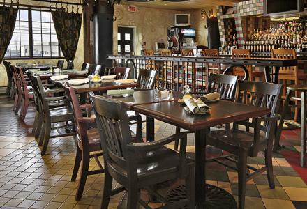 Restaurant italien et bar-salon Venezia ouvert tous les jours de 6 h 30 à 22 h; sert de délicieux déjeuners, dîners et soupers.