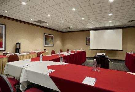 Salle de conférence Dorval pouvant accueillir jusqu'à 25 personnes pour réunions et événements.