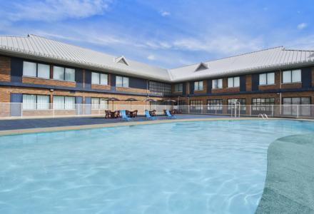 Détendez-vous dans la piscine extérieure, ouverte tous les jours (de saison) à partir de 13h00-20h00, le temps le permet.