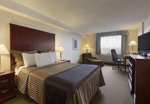 Travelodge vancouver airport richmond british columbia hotel business class room with 1 queen bed non smoking room with free wi fi 32 flat screen tv refrigerator and large work area colourmoves